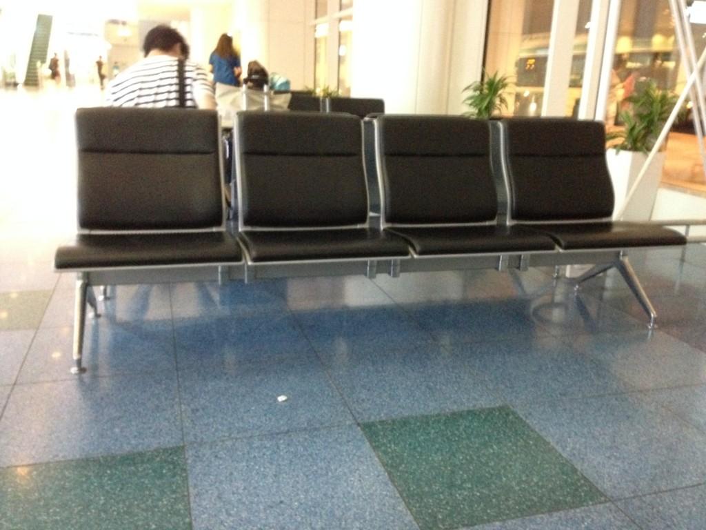 羽田空港国際線ターミナルのベンチ